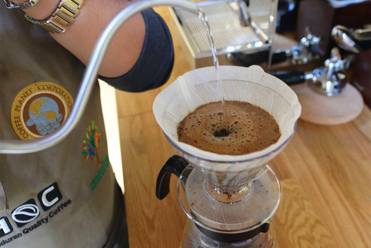Kaffee wird von Hand mit der Filtermethode V60 aufgegossen